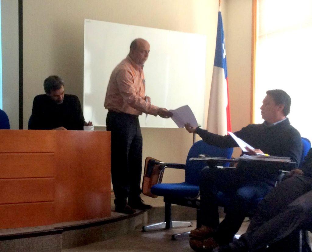 Consejero Julio Rossel entrega carta