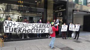 Diversas organizaciones de la Coordinadora contra Octopus en Santiago realizan funa en el Ministerio de Medioambiente.