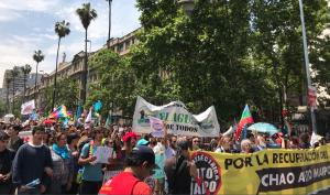 Organizaciones sociales marchan contra Alto Maipo y Sename