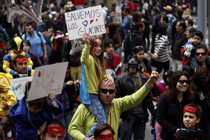 """Marcha de """"niños superhéroes"""" en Santiago exigió al Gobierno proteger los glaciares"""