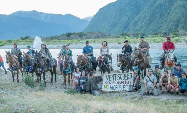 Tras cabalgata de tres días 50 jinetes protestan contra hidroeléctrica en Puelo
