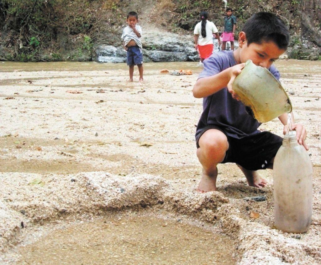 Unos 323 millones de personas enfrentan riesgos de salud por la creciente contaminación del agua en tres continentes: ONU Ambiente